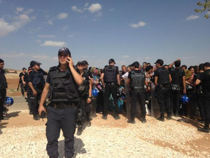 Turkish police guarding refugees at the Mursitpinar border (photo: Kiran Nazish)