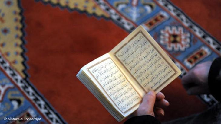 A Muslim reading the Koran (photo: picture-alliance/dpa)