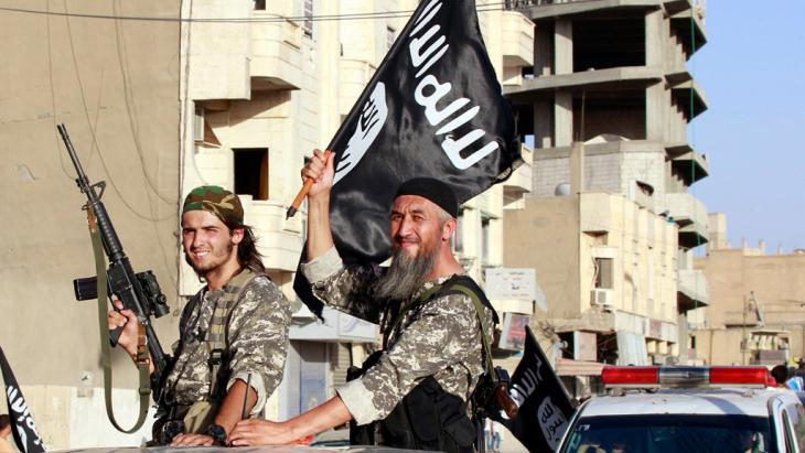 IS fighters in the Syrian province of Raqqa (photo: picture-alliance/AP)