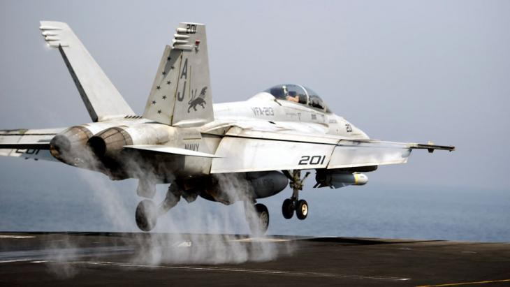 A US fighter jet on the aircraft carrier George H.W. Bush in the Persian Gulf (photo: picture-alliance/dpa)