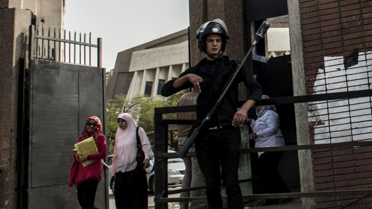 An Egyptian riot policeman stands guard in front of al-Azhar university, 21 October 2014 (photo: Getty Images/AFP/Khaled Desouki)