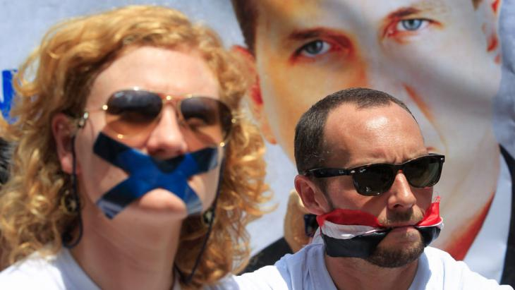 Jessica Hatcher (left) and Phil Moore (right) protesting against the imprisonment of Al Jazeera journalist Peter Greste, Nairobi, 4 February 2014 (photo: EPA/DAI KUROKAWA)