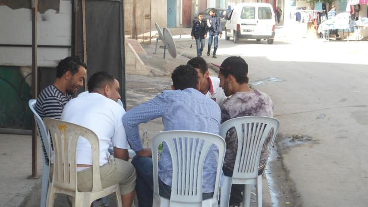 A group of young unemployed men sit talking in Tunisia (photo: DW/G. Tarak)