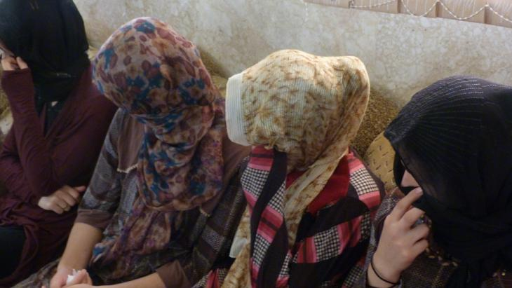 Yazidi women and girls who were abducted by IS jihadi fighters in October 2014 (photo: Martin Durm)