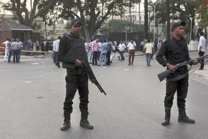 Egyptian security forces in front of Cairo University after a bomb attack in October 2014  (photo: AP/Mohammed Abu Zaid