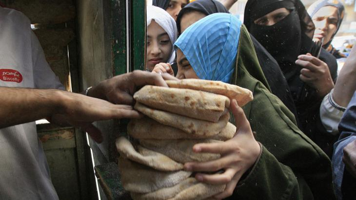 Subsidised sale of bread in Bulaq, a poor district of Cairo (photo: Khaled Desouki/AFP/Getty Images)