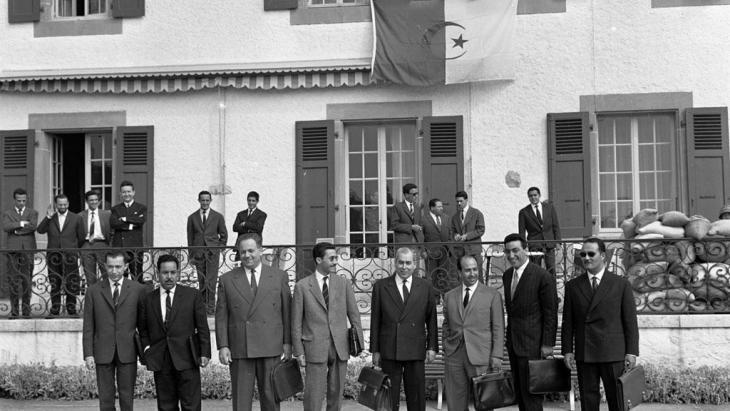 The Algerian delegation at the Evian peace conference attended by Algeria and France in 1961. From left to right: Mohamed ben Yahia, Saad Dahlab, Ahmed Boumendjel, Ali Mendjel, Ahmed Francis, Belkacem Krim (delegation leader), Taleb Boulahrouf and Commander Slimane (photo: KEYSTONE/PHOTOPRESS-ARCHIVE/Str)