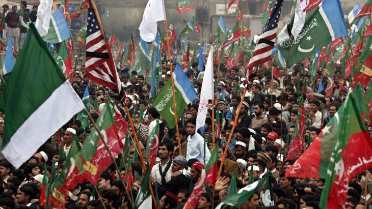 Demonstration by supporters of Imran Khan's Tehrik-e-Insaf Party (PTI) on 23 November 2013 in Peshawar (photo: dpa/picture-alliance)