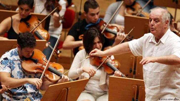 Daniel Barenboim conducting the West-Eastern Divan Orchestra in Cologne in 2011 (photo: picture-alliance/dpa)