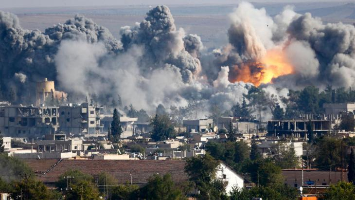US air strikes against IS fighters in Kobani (photo: Reuters/K. Pfaffenbach)