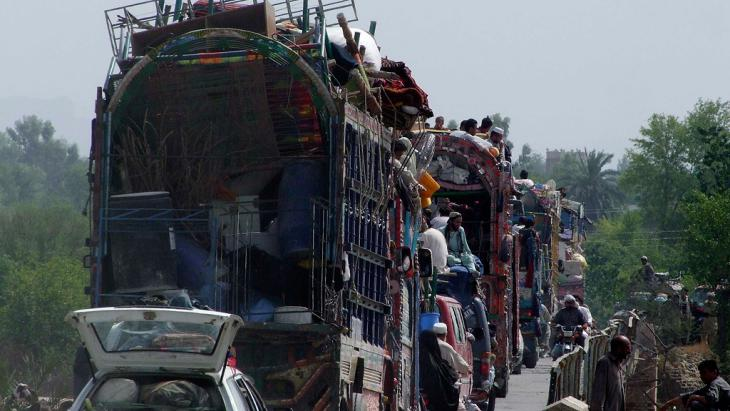 People fleeing the military offensive against Pakistani militants in North Waziristan, June 2014 (photo: Reuters)