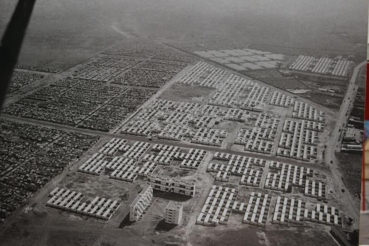 """An aerial photograph shows """"bidonvilles"""" side by side with new housing in Morocco (photo: Susanne Kaiser)"""