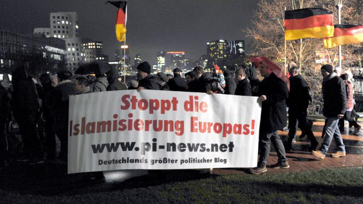 Pegida march in Dusseldorf (photo: picture-alliance/dpa/Caroline Seidel)