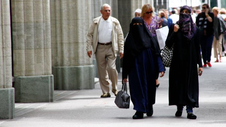 Women wearing burqas in Zurich (photo: imago/Geisser)