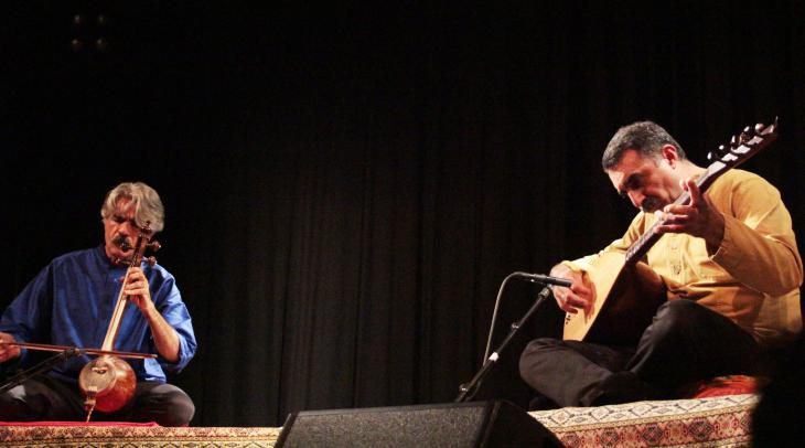 The Turkish-Iranian duo Kayhan Kalhor (left) and Erdal Erzincan performing at the 10th Morgenland Festival in Osnabruck on 21 September 2014 (photo: Marian Brehmer)