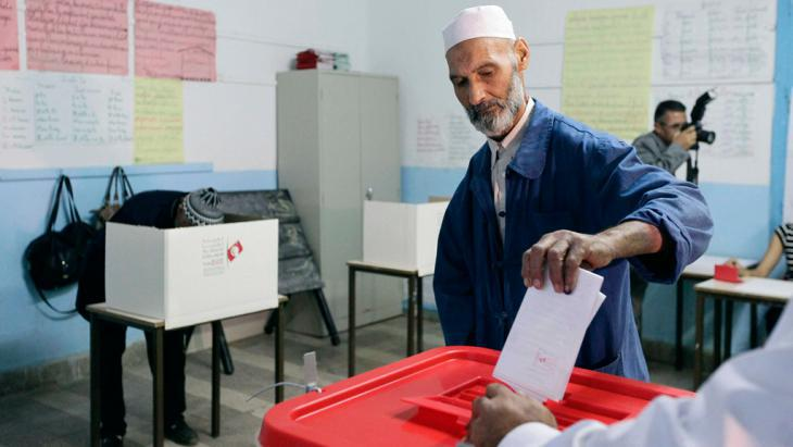 Man casting his vote in the parliamentary election in Tunisia, 26 October 2014 (photo: Reuters)