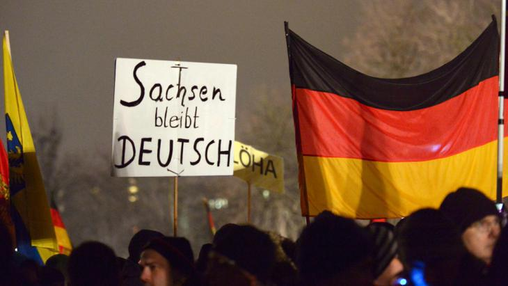 """A sign reading """"Saxony stays German"""" at a Pegida demonstration in Dresden (photo: picture-alliance/dpa/P. Endig)"""