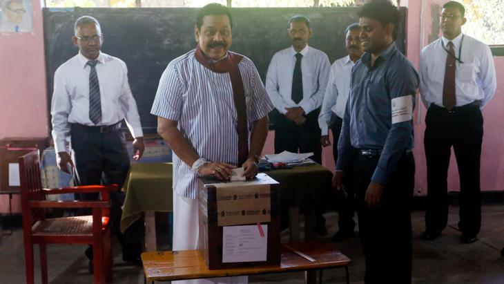 Sri Lanka's former President Mahinda Rajapaksa casts his vote in the presidential election, 8 January 2015 (photo: Reuters/Dinuka Liyanawatte)