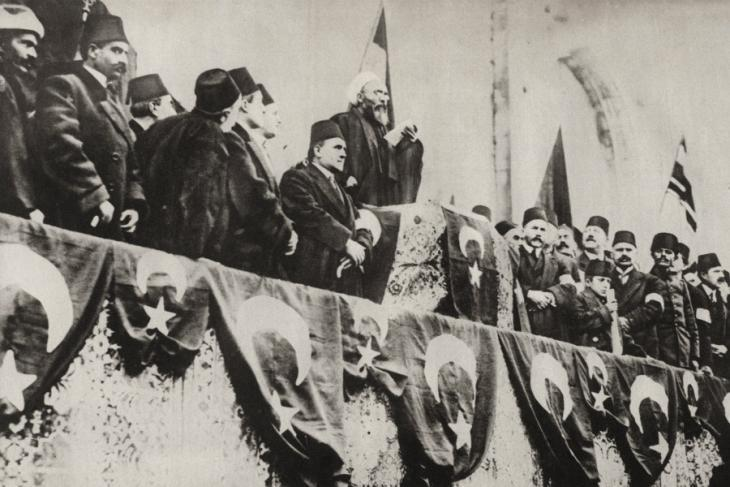 Urguplu Mustafa Hayri Efendi, Sheikh-ul-Islam of the Ottoman Empire pronouncing Holy War at the Fatih Mosque, Constantinople, 14 November 1914 (photo: picture-alliance)