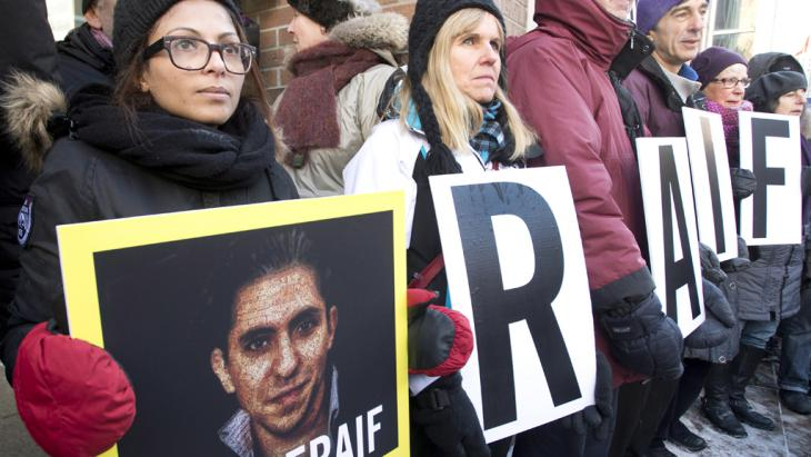 Ensaf Haidar, left, wife of blogger Raif Badawi, takes part in a rally for his freedom, Montreal, 13 January 2015 (photo: picture alliance/empics)