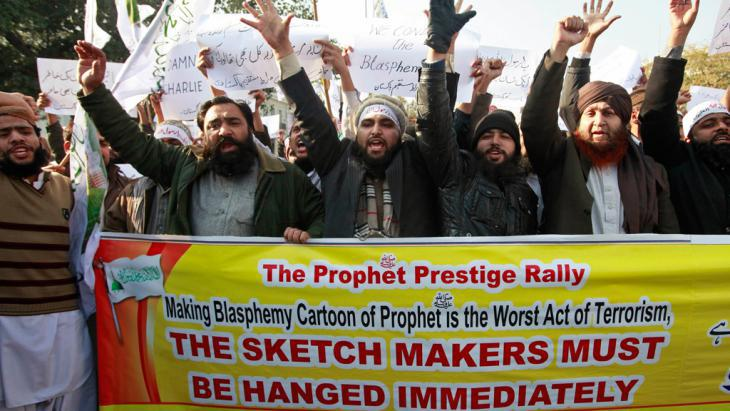 """Men take part in a protest rally against the """"Charlie Hebdo"""" cartoons in Lahore (photo: Reuters)"""