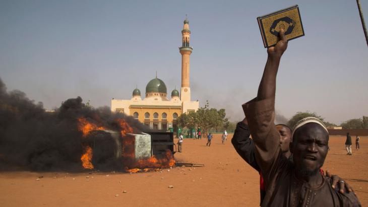 "Men protest against the ""Charlie Hebdo"" cartoons in the capital of Niger Niamey (photo: Reuters/T. Djibo)"