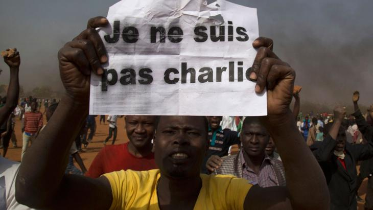"""A man holds a sign that reads """"I am not Charlie"""", Niamey, Niger, 17 January 2015 (photo: Reuters/T. Djibo)"""