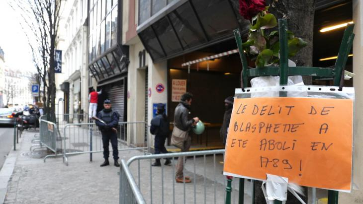 "A handwritten note that reads ""Blasphemy was decriminalised in 1789"" hanging outside the offices of the newspaper ""Liberation"", 13 January 2015 (photo: DW/B. Riegert)"