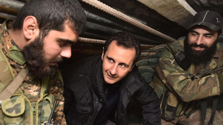 Syrian President Bashar Assad visiting personnel from the Popular Defence Forces in Joubar near Damascus, midnight 31 December 2014 (photo: picture-alliance/dpa/EPA/SANA)