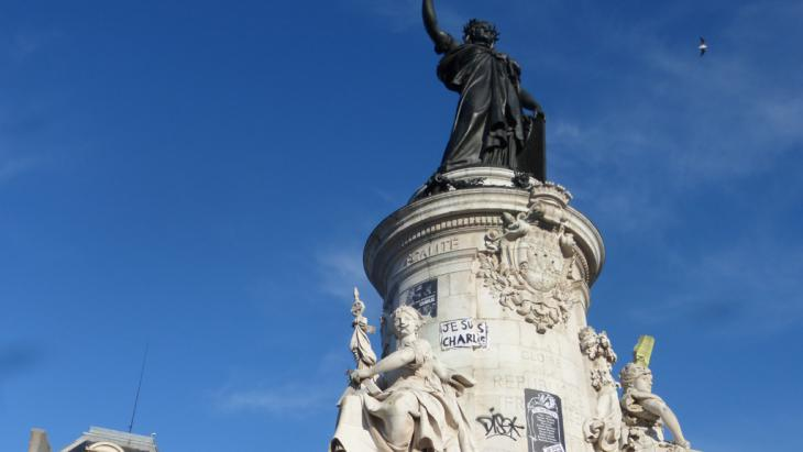 "Statue of Marianne, Symbol of France, with ""Charlie Hebdo"" graffiti (photo: DW/E. Bryant)"