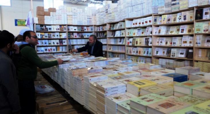 Publisher Khalid Al-Maaly at the trade fair stand of the publishing house Al-Kamel (photo: Amira El Ahl)