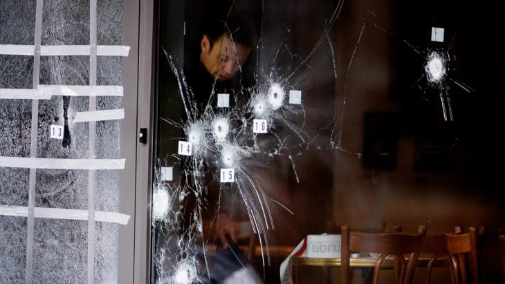 Bullet holes in the window of the Krudttoenden culture café in Copenhagen (photo: picture-alliance/dpa/L. Sabroe)