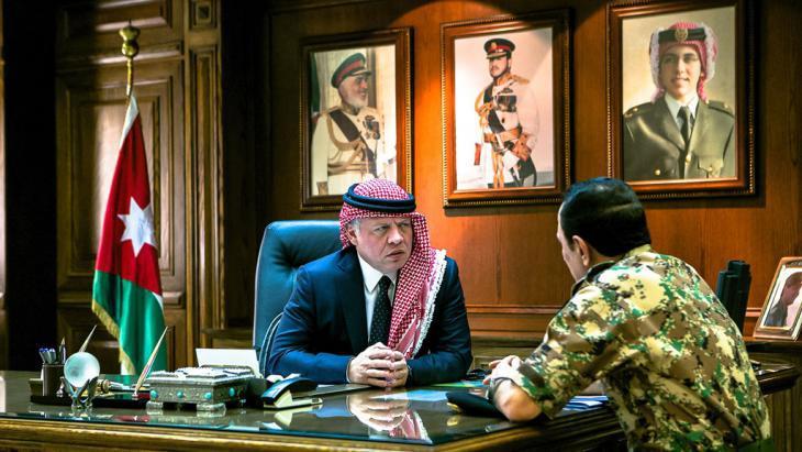 King Abdullah II of Jordan speaking to an army officer (photo: picture-alliance/abaca/Balkis Press)
