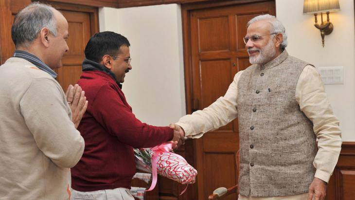 Arvind Kejriwal (centre) meets Indian PM Narendra Modi (right) in the presence of AAP leader Manish Sisodia (left), New Delhi, India, 12 February 2015 (photo: picture-alliance/dpa)