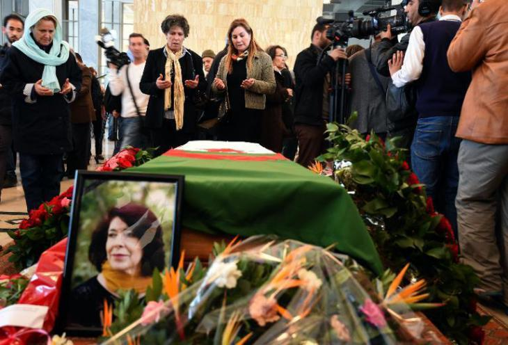 People mourning Assia Djebar in Algieria (photo: AFP)