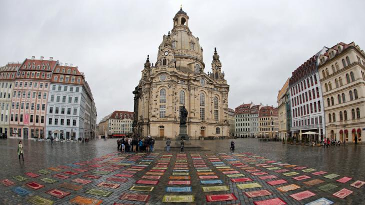 175 Muslim prayer rugs spread out in front of the Frauenkirche, Dresden, by the Mannheim artist Kurt Fleckenstein, 9 February 2015 (photo: picture-alliance/dpa/A. Burgi)