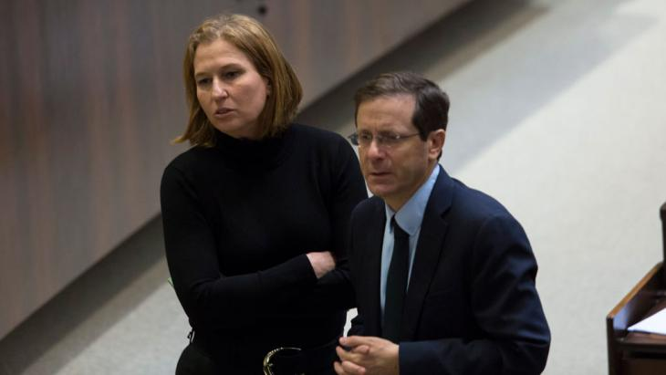 Labor party leader Isaac Herzog (right) and Tzipi Livni (left), who had just been fired by Benjamin Netanyahu as Justice Minister, confer during voting to dissolve the government in the Knesset, Jerusalem, Israel, 3 December 2014 (photo: EPA/JIM HOLLANDER)