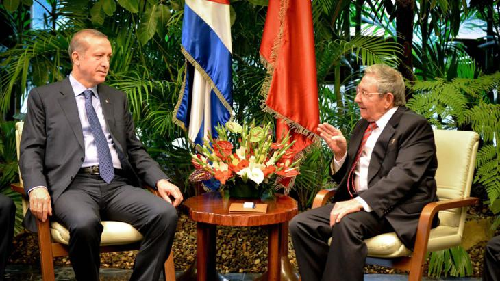 Turkish president Recep Tayyip Erdogan (left) and Cuban President Raul Castro during a meeting at Revolucion Palace in Havana, Cuba, on 11 February 2015. (photo: picture-alliance/epa/A. Roque)