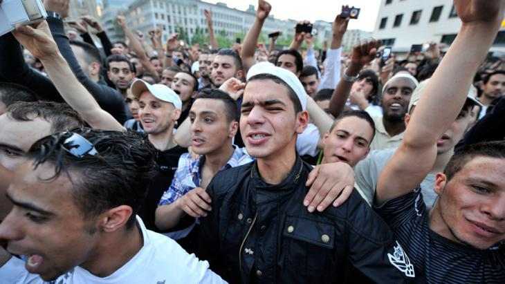Young people, mostly Salafists, cheer on the controversial preacher Pierre Vogel in Frankfurt on 20 April 2011 (photo: picture-alliance/dpa/B. Roessler)