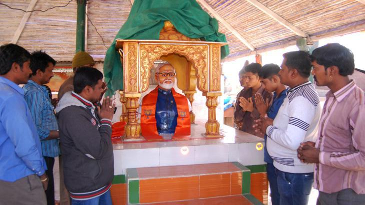 Indian villagers pray at an effigy of Narendra Modi, Kotharia, India (photo: AFP/Getty Images)