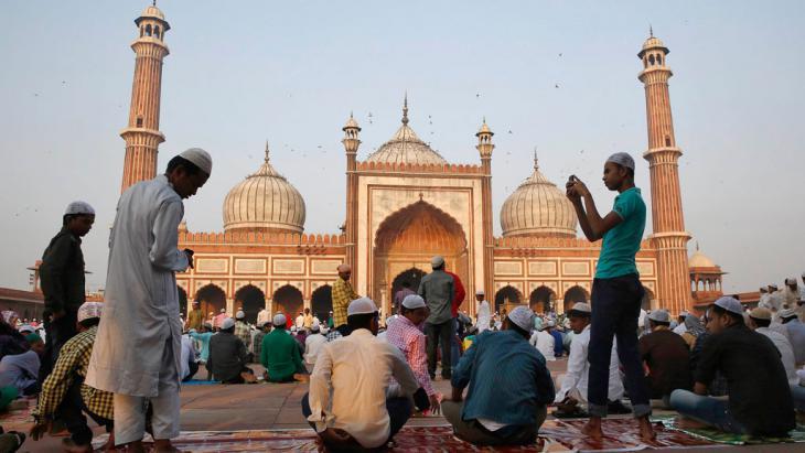 Muslims preparing for the Eid al-Adha prayer outside the Great Mosque (Jama Masjid) in New Delhi (photo: Reuters/Ahmad Masood)