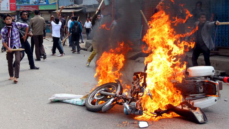 Street battles between supports of the government and the opposition in Bangladesh, Dhaka, 5 January 2015 (photo: picture-alliance/ZUMAPRESS.com)
