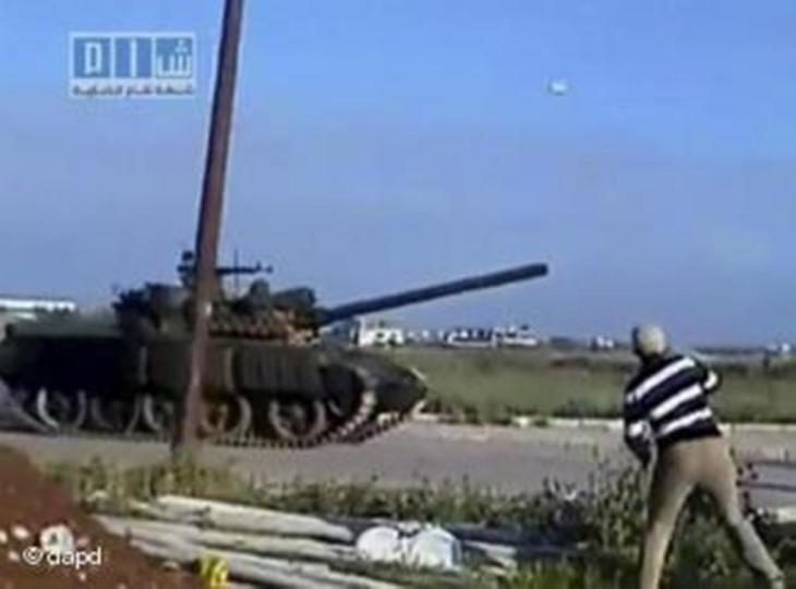 A still from an amateur video showing a tank rolling into Daraa in March 2011 (photo: dapd)