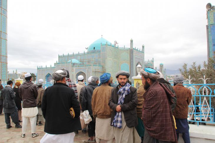 Muslims in front of the Blue Mosque in Mazar-i-Sharif (photo: Marian Brehmer)