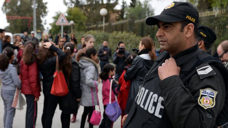 Polizist bei der Wiedereröffnung des Bardo-Museums in Tunis nach dem Anschlag; Foto: AFP/Getty Images/F. Senna