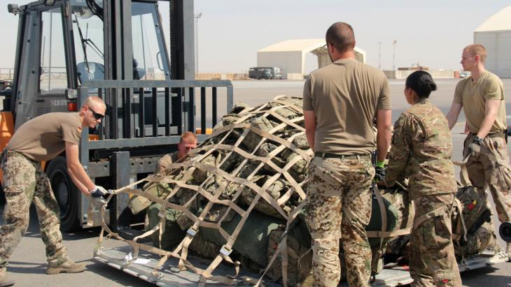 Handing over security responsibility in southwest Afghanistan to Afghan troop units at Camp Bastion-Leatherneck (photo: picture-alliance/dpa/MOD/Sergeant Obi Igbo)