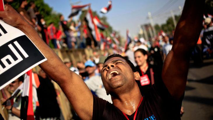 Demonstrator in Cairo protesting against military rule following the ousting of Mohammed Mursi (photo: picture-alliance/AP Photo/Khalil Hamra