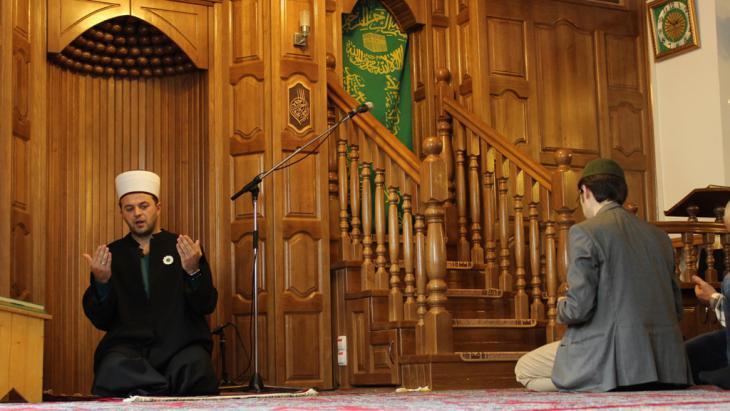 Muslims in a mosque in Vienna (photo: Emir Numanovic/DW)