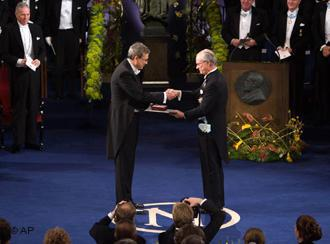 Orhan Pamuk receiving the Nobel Prize for Literature (photo: AP)