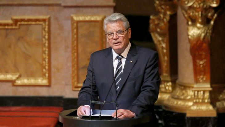 German President Joachim Gauck making a speech during an Ecumenical service marking the 100th anniversary of the mass killings of 1.5 million Armenians by Ottoman Turkish forces, at Berlin Cathedral, 23 April 2015 (photo: Reuters/F. Bensch)